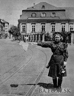 Grasalkovičov palác - pri Grasalkovičovom paláci, r. 1945 - Pohľady na Bratislavu Bratislava, My Memory, Old Photos, Times, Memories, Old Pictures, Memoirs, Souvenirs, Vintage Photos