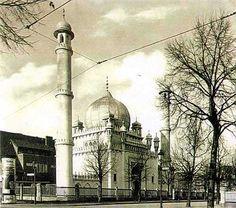 Die Wilmersdorfer Moschee oder Ahmadiyya-Moschee ist die älteste bestehende Moschee Deutschlands. Sie befindet sich in der Brienner Straße. Berlin, 1930. o.p.