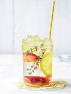 Idees de recettes d'eaux detox : Water detox pêche citron thym ! #Eau #Detox #Boisson #Fruits