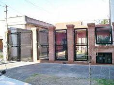 Resultado de imagen para frente de casas con rejas y ladrillos Pergola, Garage Doors, Outdoor Structures, Outdoor Decor, Home Decor, Rammed Earth, Walls, Facades, Wood