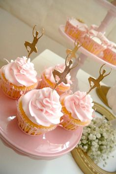 Cupcakes para aniversário de menina com topo de bailarina | Rosa e dourado | Blush & Dourado