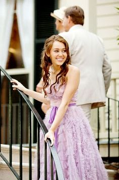 Miley Cyrus was in this purple celebrity dress which is from the The Last Song, looking gorgeous! This strapless purple long dress is a great choice as a prom gown, formal dresses, etc. Liam Y Miley, Liam Hamsworth, Miley Cyrus Dress, Old Miley Cyrus, Nicholas Sparks, Last Song Wedding, Wedding Scene, Hip Hip, Sparks Movies