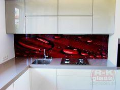 Szklane panele przedstawiające czerwony liść. Efektowny i stylowy dodatek do każdej kuchni.