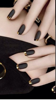 Wow, what beautiful nails Matt black nail polish with golden tip – # finger nail # nail polish Black Nail Designs, Acrylic Nail Designs, Chrome Nails Designs, Elegant Nail Designs, Gold Designs, Simple Nail Art Designs, Gold Tip Nails, Acrylic Nails Almond Glitter, Glittery Nails