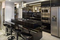 Cozinha americana preta com bancada de silestone - linda! - Decor Salteado - Blog de Decoração e Arquitetura