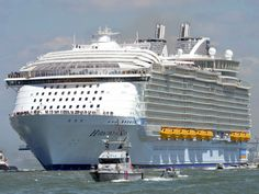 Tiene la capacidad de seis mil 360 pasajeros y dos mil 100 tripulantes http://www.informador.com.mx/internacional/2016/661423/6/el-crucero-mas-grande-del-mundo-zarpa-de-francia.htm