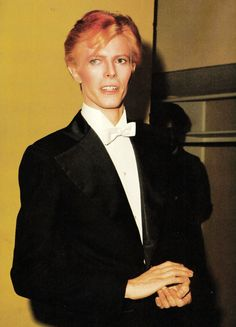 Bowie at the 1975 Grammy Awards.    (Source: glamtasticvoyage)
