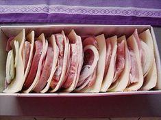Bruzzelfleisch ----' Zutaten 500 g Schnitzel, halbiert oder Filet in Scheiben 2 große Zwiebel(n), in Scheiben oder Streifen 200 g Schinken oder Rauchfleisch 200 g Käse, Emmentaler, Appenzeller o.ä. in Scheiben 1 Becher Schlagsahne 100 g Käse, geriebener, möglichst den gleichen wie die Scheiben  Salz und Pfeffer  Paprikapulver