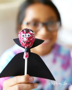 Decorating tootsie pops is a fun craft for every season! They're also a great way to teach motor skills using paper, scissors, and glue. From ghost tootsie pops to flower tootsie pops, these ideas are sure to keep your child's attention.