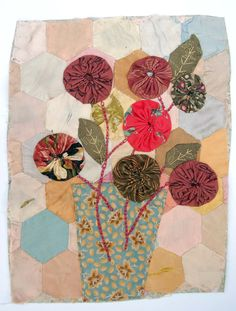 Yo yo patchwork bouquet by Mandy Pattullo Quilting Projects, Sewing Projects, Yo Yo Quilt, Fabric Journals, Textiles, Art Textile, Sewing Appliques, Small Quilts, Vintage Quilts