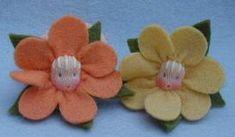 Zwei Haargummis mit Blumen