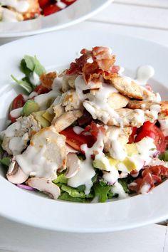 Salat mit Hähnchenbrustfilet, Avocado und Bacon