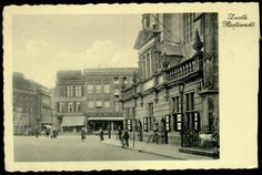 """Grote Markt ca. 1933-1935. Rechts: Grote Kerk, en Hoofdwacht. Op de achtergrond Grote Markt 6 / hoek Oude Vismarkt de IJmuider vishandel van C. van de Veer, Grote Markt 5 hotel """"de Zon""""."""