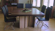 """Table de cuisine tablier noyer massif 54"""" x 54"""" x 2 1/2"""" sur pied central érable/noyer."""