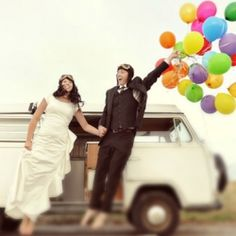 5 FAB ways to incorporate balloons into your wedding! Up up and away... #weddinggawker