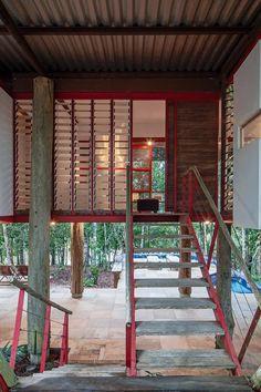 Casa com 270 m² só derrubou duas árvores para ser construída em meio à mata