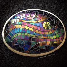 Mosaic Art on Stone Mosaic Rocks, Stone Mosaic, Mosaic Art, Mosaic Glass, Mosaic Flower Pots, Mosaic Garden, Garden Art, Mosaic Projects, Mosaic Ideas