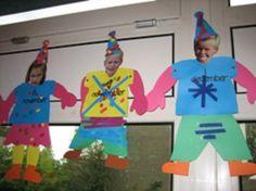 * Laat de kinderen kleren kiezen en versieren. Daarop hun foto en de feesthoed…