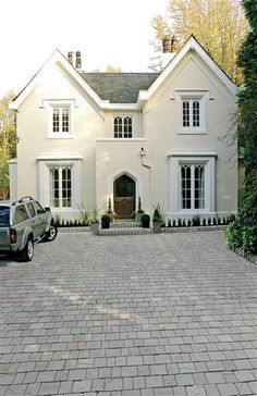 Hand selected for beautiful consistent colours. The ultimate in driveway luxury that everyone aspires to own. Cobbled Driveway, Brick Paver Driveway, Cobblestone Driveway, Circular Driveway, Concrete Driveways, Driveway Landscaping, Driveway Ideas, Kitchen Extension Open Plan, Imprinted Concrete Driveway