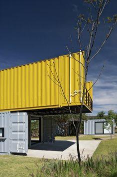 Esta linda residência, construída a partir de containers reciclados, fica em um…