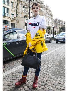 18-19AWパリコレ最終日のオフランウェイからスナップをお届け。今春、大旋風を巻き起こしているダッドスニーカーを筆頭に、モードスポーティな装いが主流! Street Style 2018, People, Jackets, Ideas, Fashion, Down Jackets, Moda, Fashion Styles, People Illustration