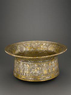 """Bassin dit """"Baptistère de Saint Louis"""", Egypte ou Syrie, première moitié du XIVe siècle, alliage de cuivre, incrustations d'or, d'argent et de pâte noire.  Musée du Louvre"""