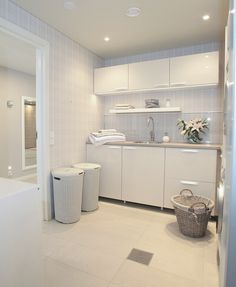 37 Inspiring Laundry Room Layout that Worth to Copy Laundry Room Design, Laundry In Bathroom, Laundry Rooms, Laundry Area, Kitchen Diner Designs, Utility Cupboard, Laundry Room Layouts, Laundry Room Inspiration, Ideas Geniales