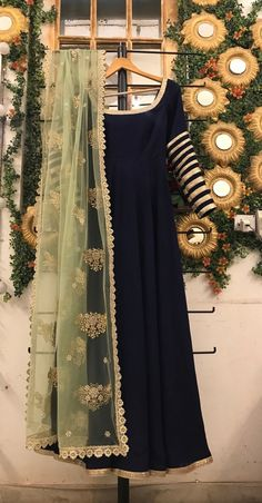 navy blue anarkali gown with green embroidered dupatta, pakistani shalwar kameez, blue indo western outfit, punjabi salwar suit, Anarkali - Tenues de Mariée Pakistani Fashion Party Wear, Indian Fashion Dresses, Indian Gowns Dresses, Dress Indian Style, Indian Designer Outfits, Simple Pakistani Dresses, Pakistani Bridal Dresses, Pakistani Dress Design, Pakistani Outfits