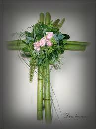 kruis met bloemstuk van polygonum stokken