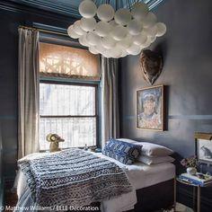Idee deco n 20 une chambre avec une immense suspension design suspendue au dessus du lit