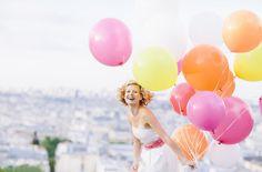 noni noni Brautkleider 2014 | kurzes brautkleid mit ballonrock mit taschen und asymmetrischen falten, gürtel mit federn und schleife (www.noni-mode.de - Foto: Le Hai Linh)
