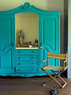 Herança de família, o armário ganhou vida nova com a pintura feita pela moradora Márcia Marinho. Uma das portas foi retirada e o espaço virou oratório