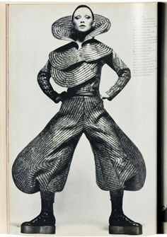 Fabulousness: Kansai Yamamoto's David Bowie-Influencing Catwalk Show - Flashbak Fashion Editor, 70s Fashion, Fashion History, Korean Fashion, Runway Fashion, Vintage Fashion, Fashion Show, Classy Fashion, Live Fashion