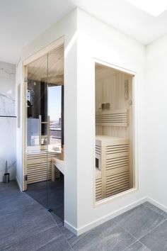 Look at the fine Abachi rostersin of this modern sauna Modern Saunas, Cleopatra, Modern Bathroom, Garage Doors, Inspireren, Outdoor Decor, Furniture, Home Decor, Funky Bathroom