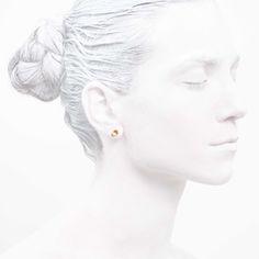 'Elegancy in White' Ear Stud Petite - Clover Collection #leifoojewelry #jewelry #jewelryinspirations #fashionphotography #fashionblogger #catwalkavenuebyandrea #PhotographybyMichaelaVallachova #Artistic #awesomework #Geisha #earstud #earstudpetite #petite