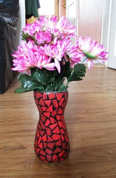 Schwarze Vase mit rotem Mosaikmuster aus Altpapier von fantasmania