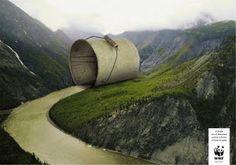 Se encuentra en que exagera con el tamaño del cubo y que esta hecho a proposito para que haga conjunto con el rio