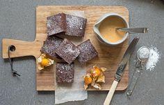 Brownies er den ultimate sjokoladekaken; lett å røre sammen, trenger kort steketid og smaker himmelsk. Oppskrift på brownies med himmelsk god karamellsaus.