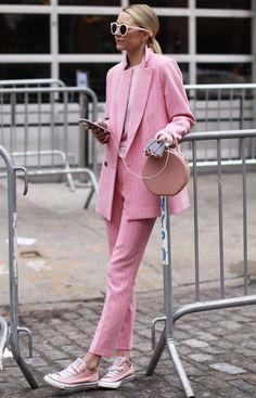 it girl - calca-rosa-blazer-rosa-tenis-rosa - casaco - meia estação - street style | As mais ousadas e fashionistas apostam em conjuntinhos do mesmo tom, no caso, o rosa millenial. Super descolado, ele fica perfeito com um All Star de cor igual, para dar uma linguagem continua no look inteiro. E sim, você pode combinar os acessórios também, mostrando que cor e ousadia é com você mesma!