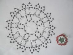 gyöngy kokárda minta Beading Projects, Beading Tutorials, Beading Patterns, Loom Bands, Bead Crafts, Bead Weaving, Handcrafted Jewelry, Beaded Jewelry, Projects To Try