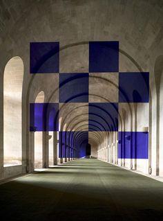 Felice Varini trompe son monde avec ses peintures anamorphiques