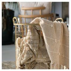 Praticidade. Quem não gosta? ❤  Os cestos aramados em metal são levinhos e versáteis: você pode usar na sala de estar para guardar lenhas, ou nos dormitórios, como um item para auxiliar na organização.    #OccaModerna #OccaModernaEVocê #Decoracao #Arquitetura #PortoAlegre #HomeDesign #Decor #Ambientes #DecoracaoDeInteriores #DecoracaoDeAmbientes #Cesto #Organizacao Burlap, Reusable Tote Bags, Bronze, Design, Fashion, Firewood, Interior Decorating, Arquitetura, Hampers