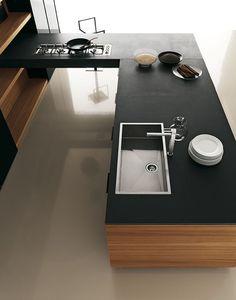 Nous aimons la forme du plan de travail, en « L » de cette magnifique cuisine contemporaine. Encore un très bel exemple de mélange de noir et de bois, ici en tek. Le plan de travail est en composite Pepper Stone Jaipur. [vu sur cesar.it]