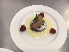 Clafoutis met creme anglaise, verse frambozen en chocolademouse.