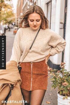 Wie den Cordrock zu einem stylishen Outfit für den Alltag kombinieren kannst, zeigt dir unsere Influencerin Karo alias Kastalista. Zusammen mit Pulli in Beige und braunem Mantel kannst du den Cordrock im Nu im lässigen Streetstyle stylen. Mit Cord hast du einen Look, bei dem Retro-Feeling aufkommt und den du mit unseren Styling-Tipps zu einem modernen Outfit für Herbst oder Frühling stylen kannst. #cordrock #cordoutfit #cordlook #streetstyle #streetstyleoutfit