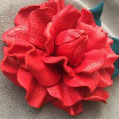 Růže...z+pravé+kůže.+Brož+z+pravé+kůže.+Rozměr+6,5+cm.