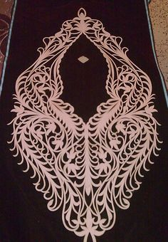 </a Broderie traditionnelle algérienne. Manteau prune (Caftane), velours brodé de fils et rubans d'or, la partie supérieure entièrement garnie à décor floral flanquée d'ovaux Algérie…