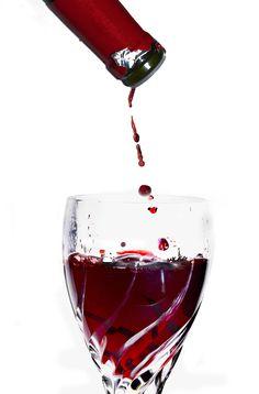 Referido ultimamente como um possível aliado na prevenção de doenças cardiovasculares, o consumo de vinho é totalmente desaconselhado nas crianças e adolescentes. Para estes nem provar podemos permitir!