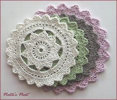 HIPSTER Doily - Free instructions on this site: http://www.crochetspot.com/crochet-pattern-hipster-doily/
