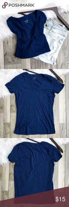 "Madewell Navy Oversized V-Neck Tee Madewell oversized v-neck tee in navy. Features a front chest pocket with an oversized, relaxed fit. Worn once, great condition.  •size: XS (oversized) •color: navy  Approx Measurements (laying flat):     •length: 23""     •bust: 17.75""  {I don't have a steamer so the top is wrinkled from storage}  •no trades(comments politely ignored) •bundle to save Madewell Tops Tees - Short Sleeve"